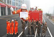 母亲节执勤的消防员