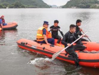 贵州安顺公交车坠湖人员搜救工作连夜进行