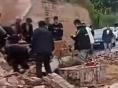 陕西佳县一农户家砖墙倒塌 一辆小轿车被埋致3人遇难